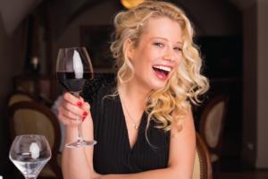 ワインを片手に楽しそうな女性