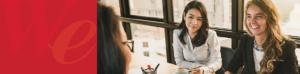 白人女性とアジア人女性が企業で働いている写真